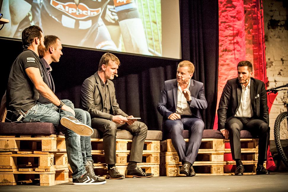 Jens Vögele moderiert eine Diskussionsrunde mit Simon Geschke, Iwan Spekenbrink, Marc Bator und Jörn Harguth