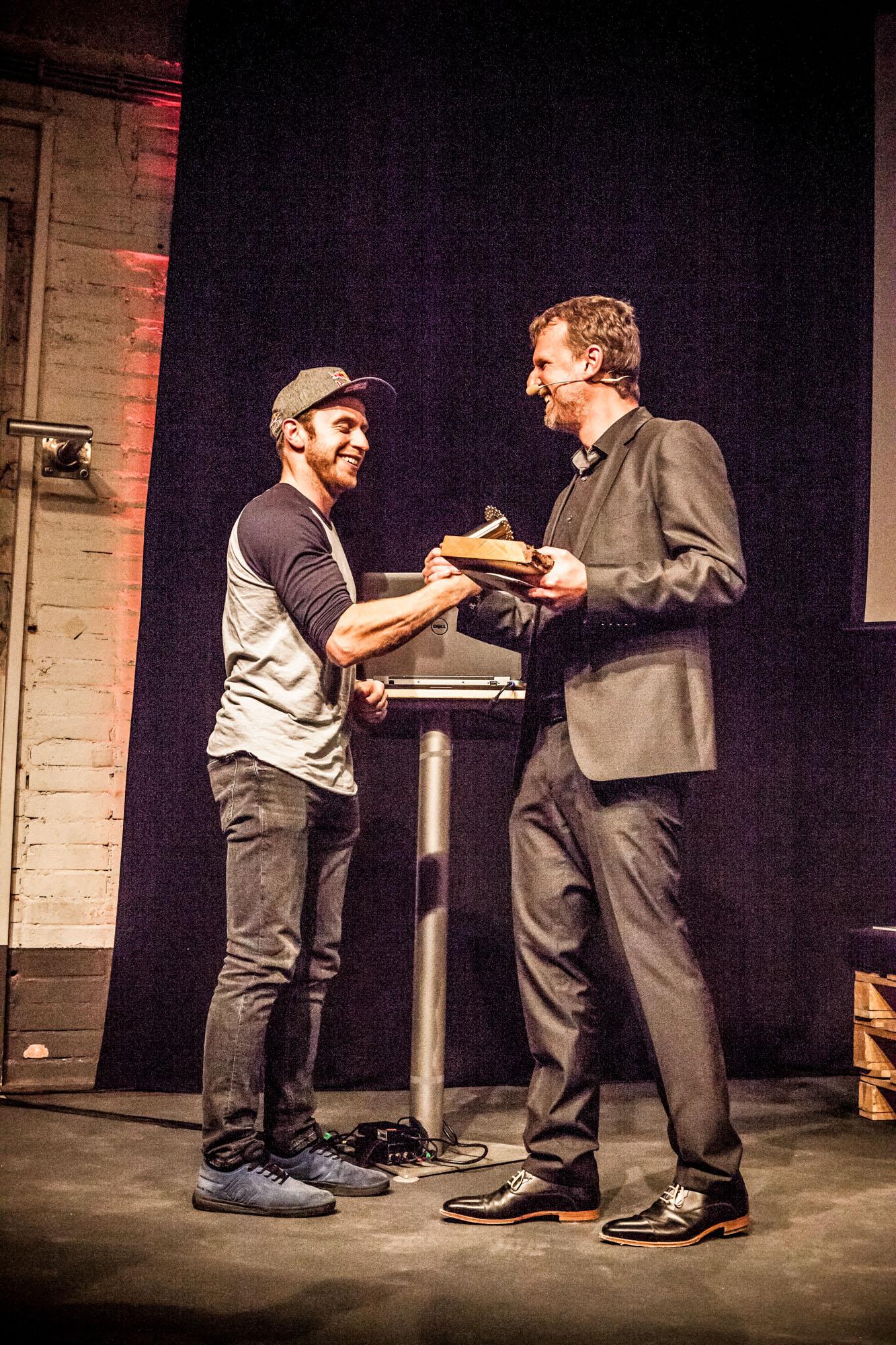Jens Vögele überreicht Danny MacAskill den Preis zum Biker des Jahres 2015