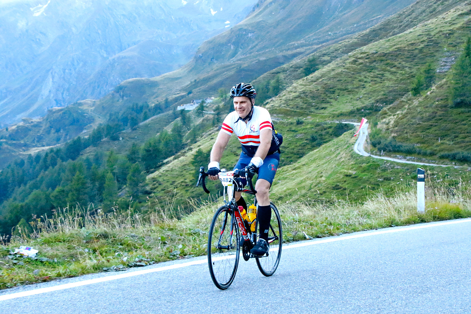 Ein Radfahrer am Anstieg des Timmelsjoch