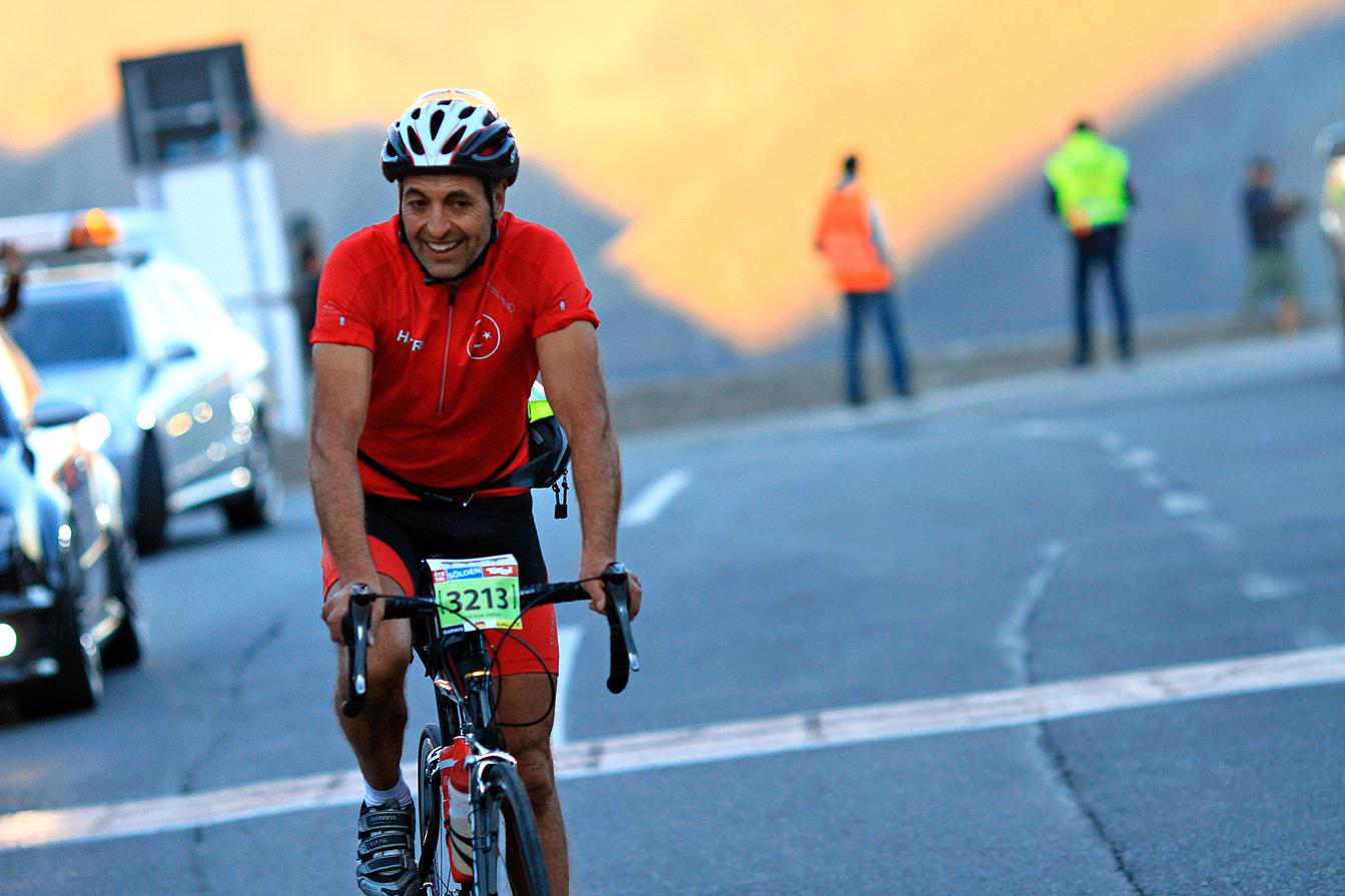 Ein erleichterter Radfahrer auf der Passhöhe des Timmelsjoch