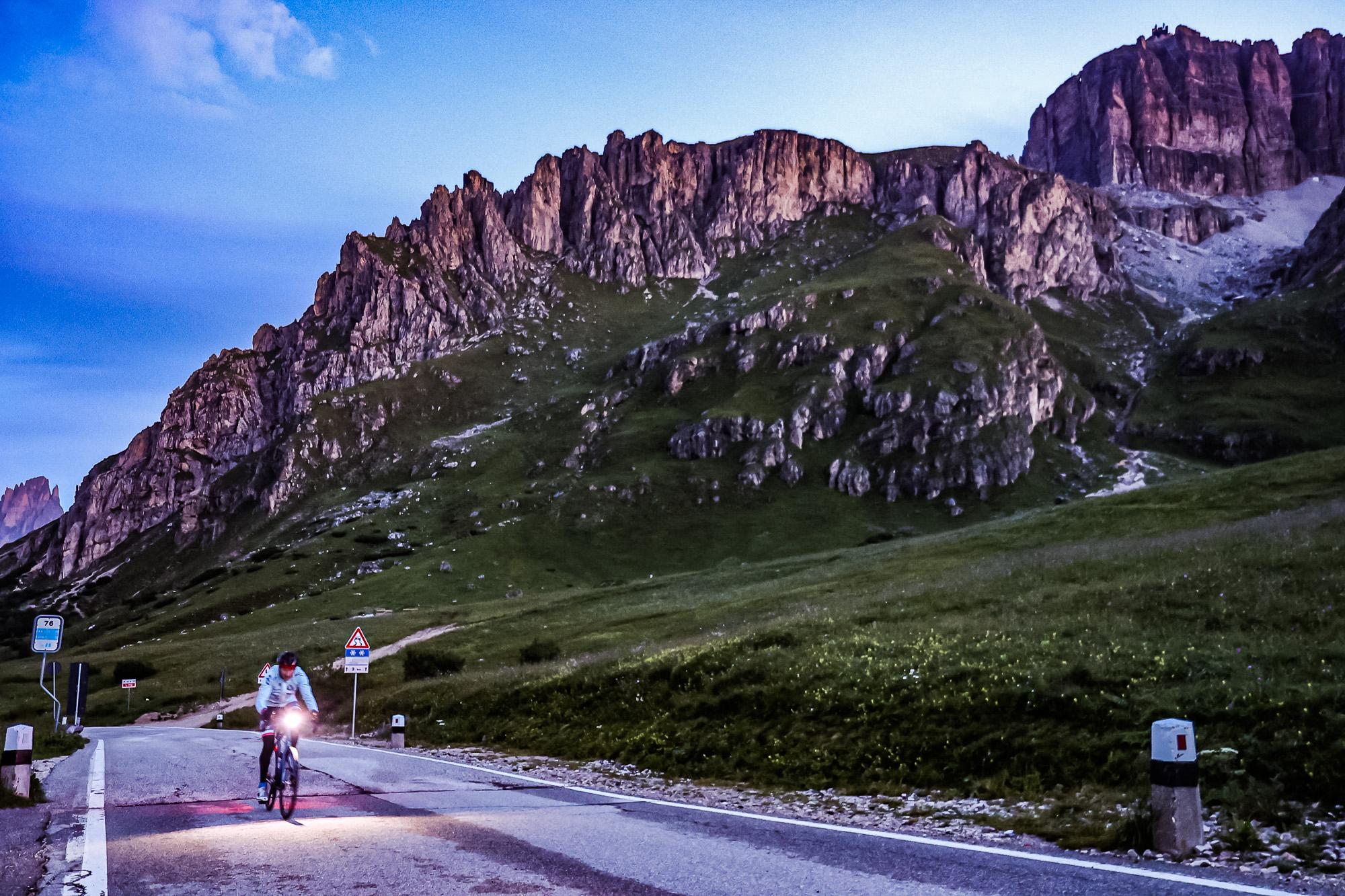 Extremsportler Guido Kunze fährt in der Morgendämmerung zum Passo Pordoi