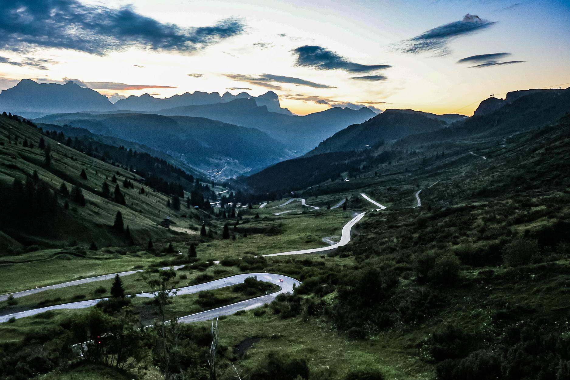 Die Straße des Passo Pordoi in der Morgendämmerung