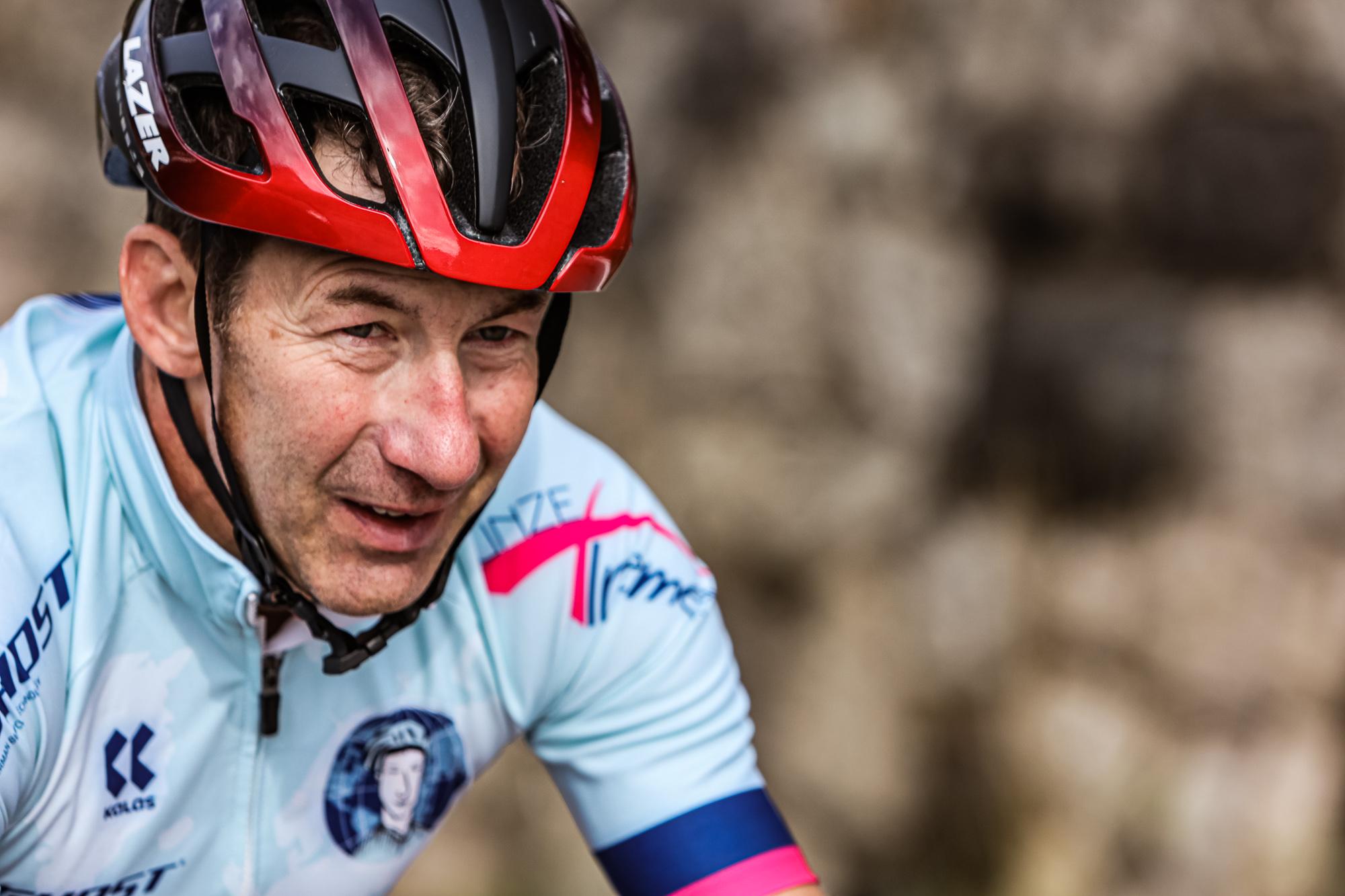 Extremsportler Guido Kunze im Trikot und mit Fahrradhelm