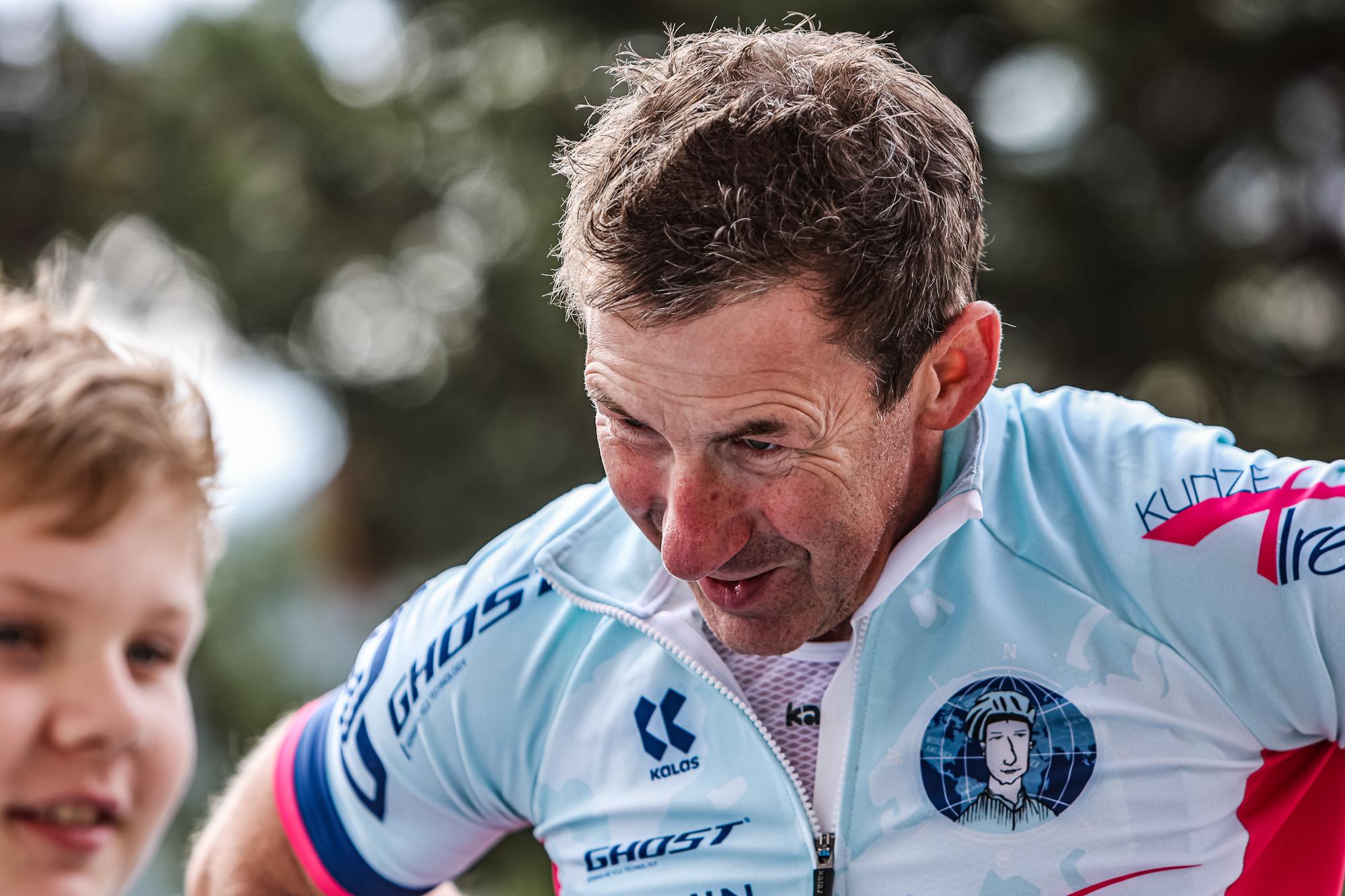 Extremsportler Guido Kunze schaut erleichtert nach seinem 24-Stunden-Weltrekord