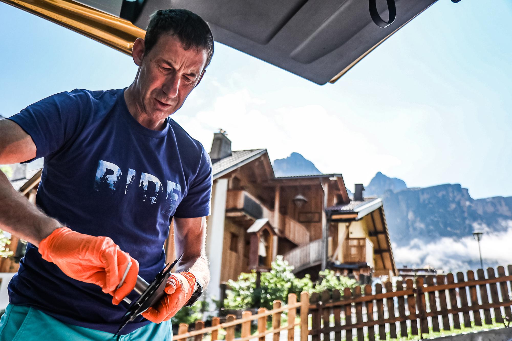 Extremsportler Guido Kunze macht sein Fahrrad fit für den Weltrekord