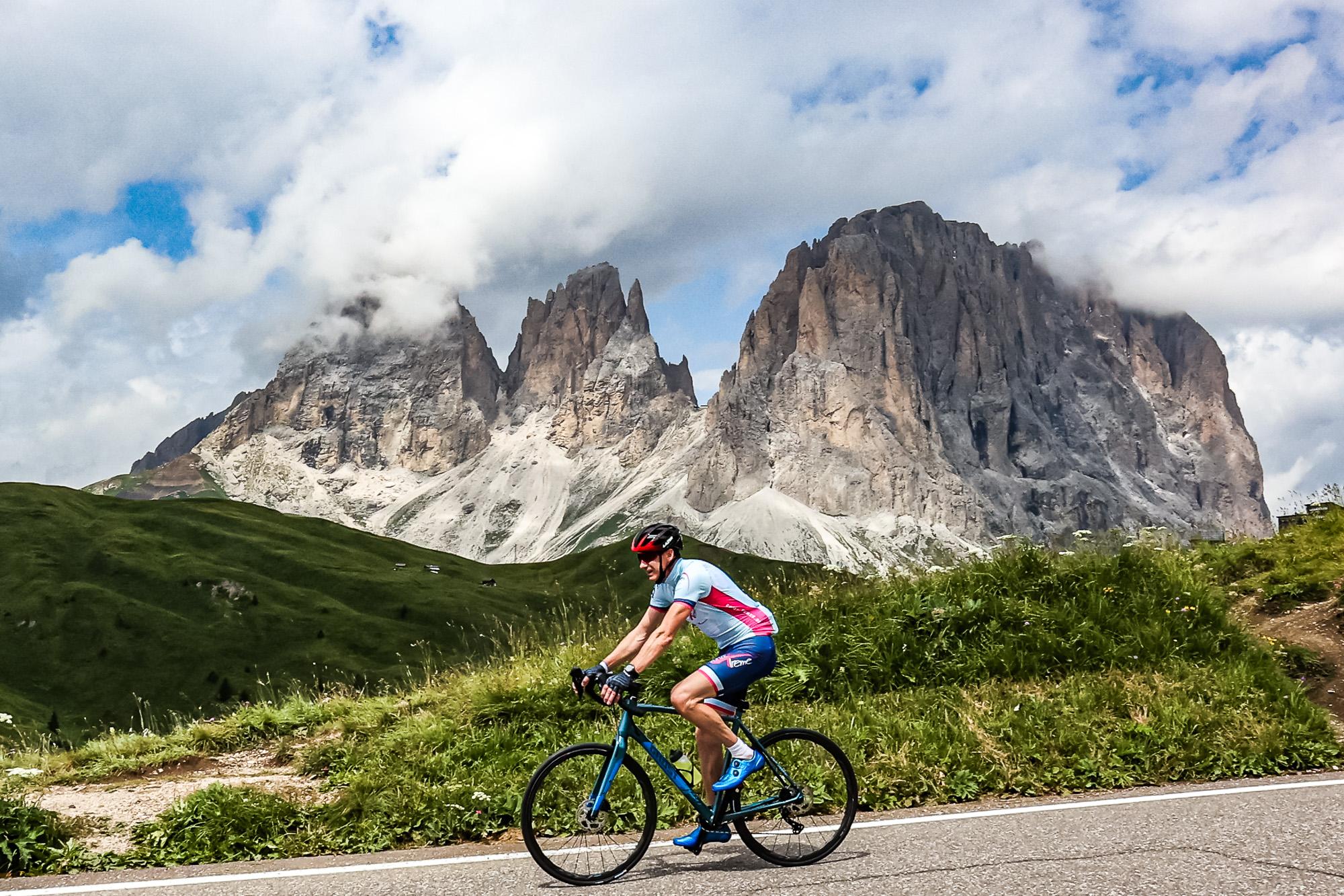 Extremsportler Guido Kunze fährt mit seinem Rennrad auf einem Pass der Sella Ronda