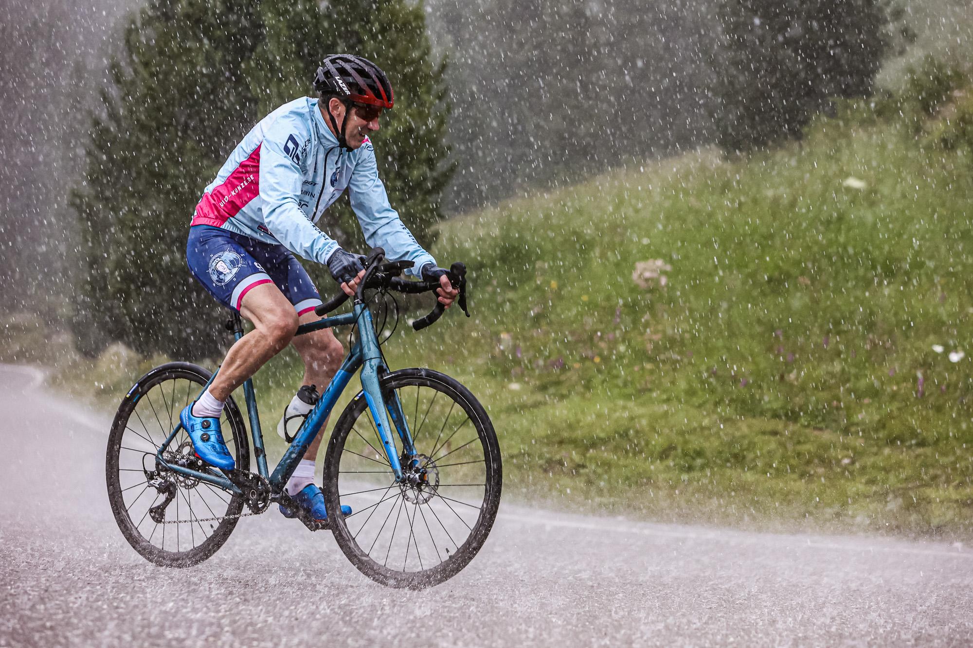 Extremsportler Guido Kunze fährt mit dem Rennrad auf der Sella Ronda durch ein starkes Gewitter