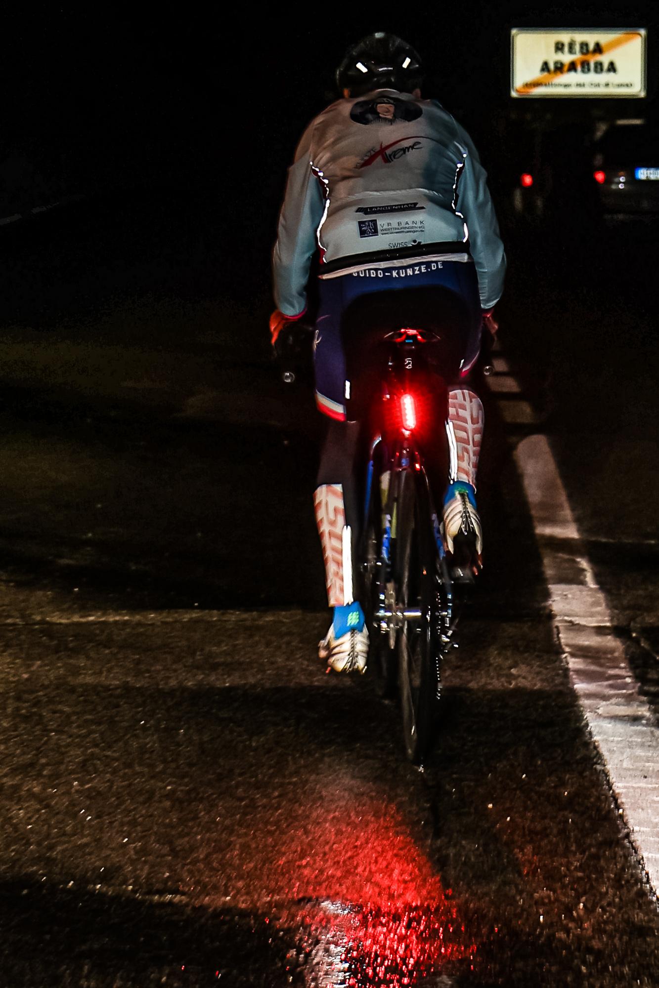 Mitten in der Nacht fährt Extremsportler Guido Kunze auf den Campolongo-Pass