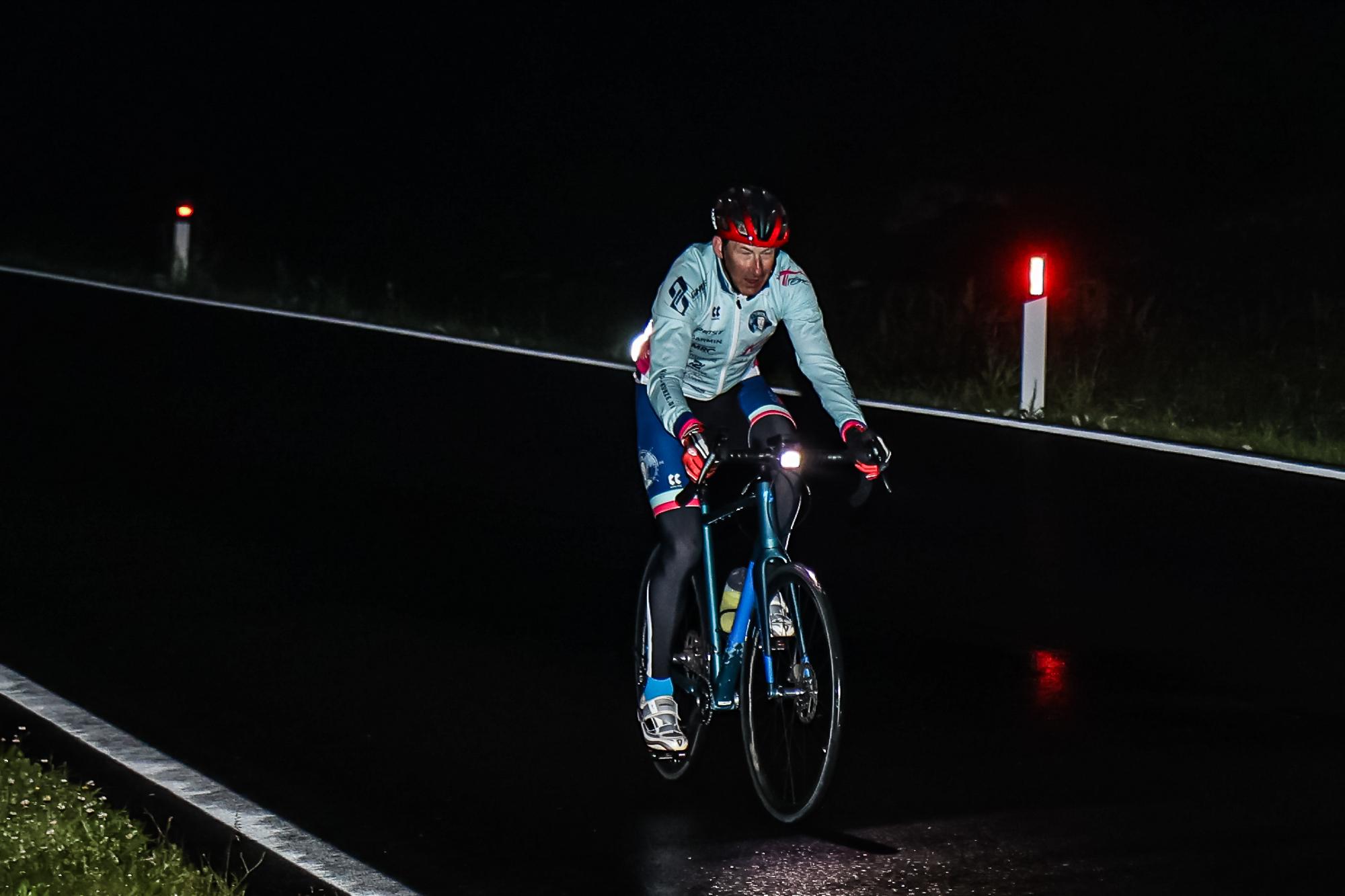 Extremsportler Guido Kunze fährt mit seinem Rennrad nachts auf einem Pass der Sella Ronda