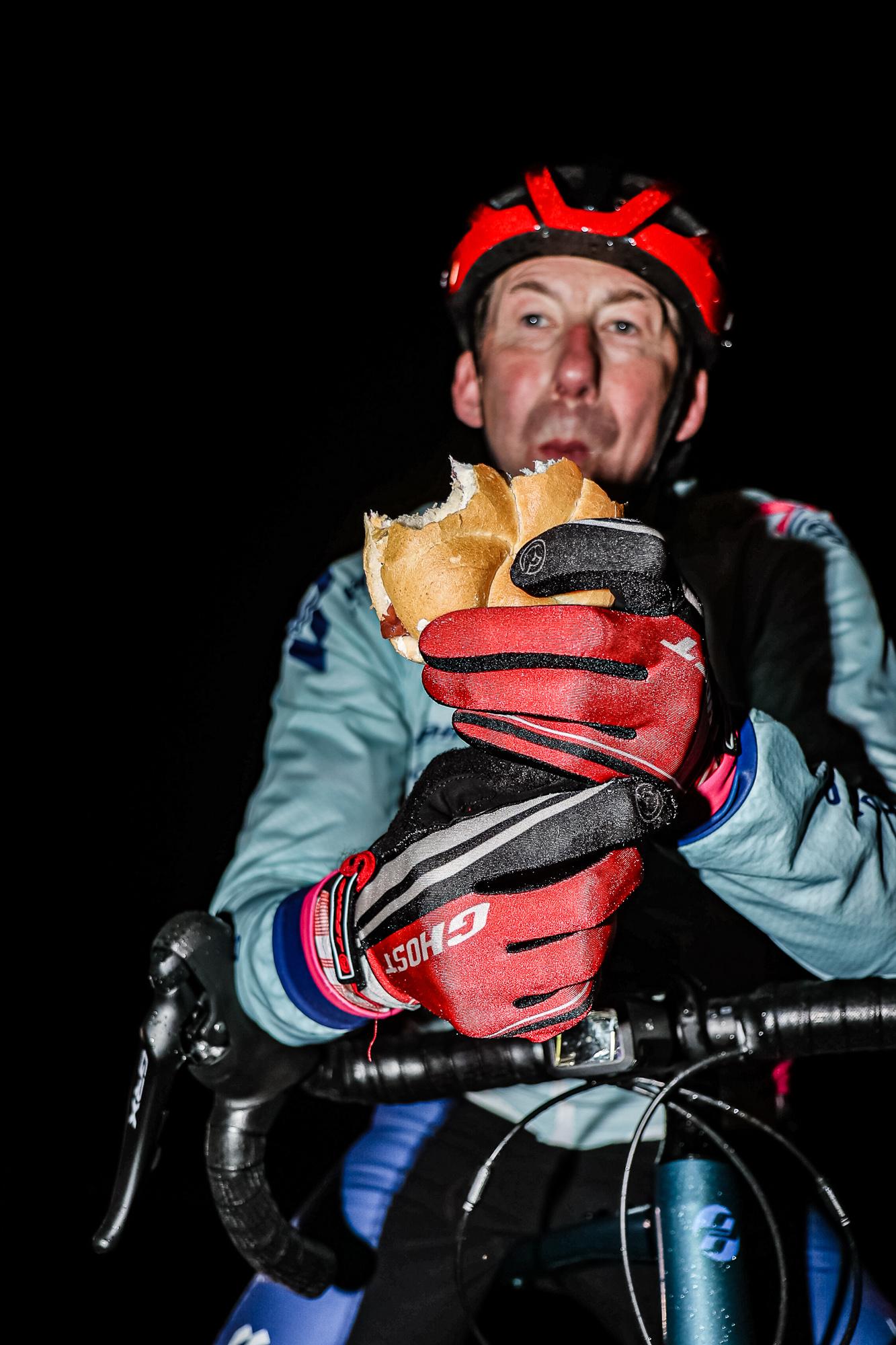 Extremsportler Guido Kunze isst mitten in der Nacht ein Brötchen.